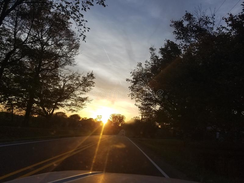 Het drijven in een zonsondergang stock afbeelding