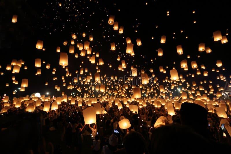 Het drijven lantaarnfestival in Thailand stock foto