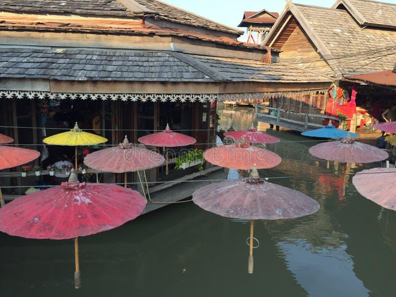 Het drijven markt in Thailand stock afbeeldingen