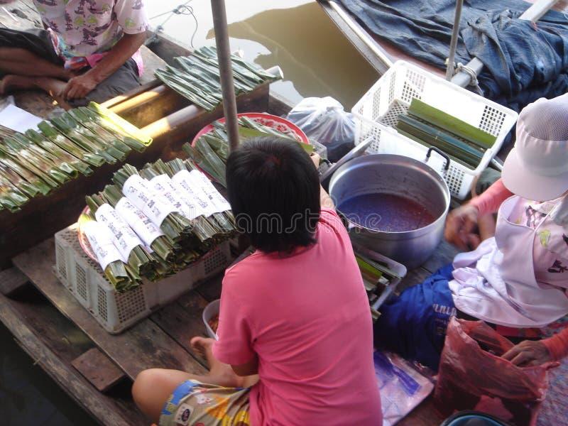 Het drijven markt in Thailand stock foto