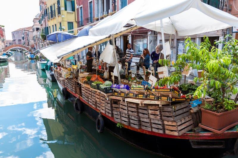 Het drijven markt in Venetië stock afbeeldingen