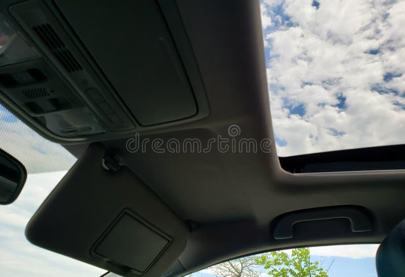 Het drijven met maandak open in auto stock foto's