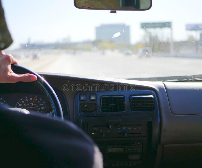 Het drijven op de snelwegen van Los Angeles Californië in mild verkeer met een vuil windscherm stock foto's