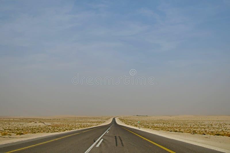 Het drijven op de Woestijnweg Saudi-Arabië die in de woestijn drijven stock foto's