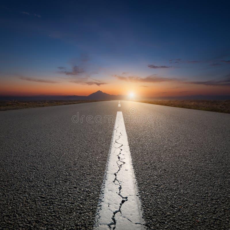 Het drijven op open weg naar de berg bij zonsopgang stock foto's