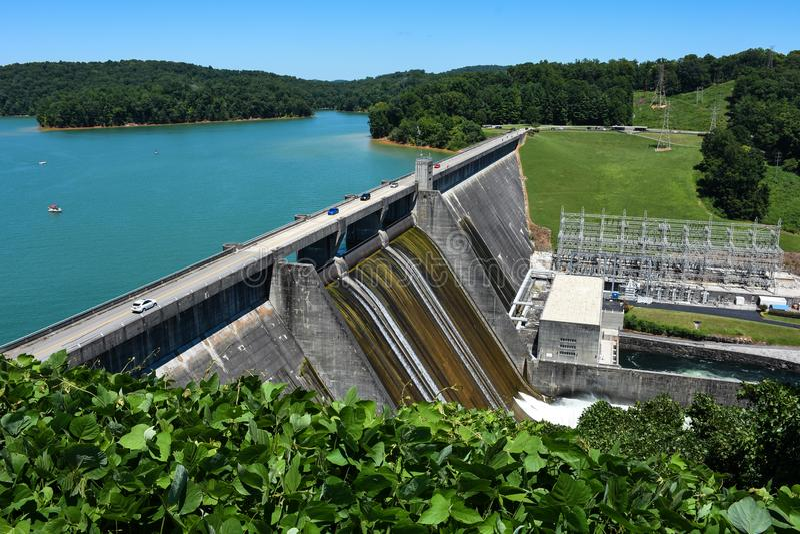 Het drijven over Norris Dam in Tennessee stock afbeeldingen