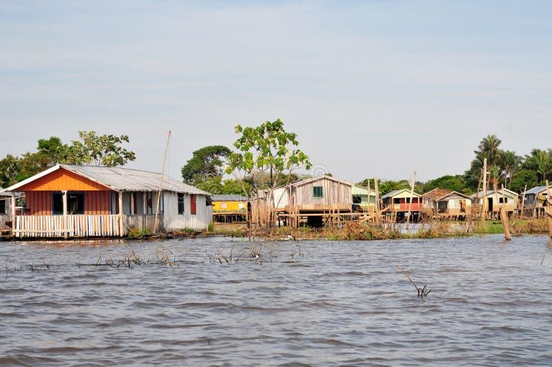 Het Drijven van Amazonië en het Typische Huis van de Stelt stock afbeelding