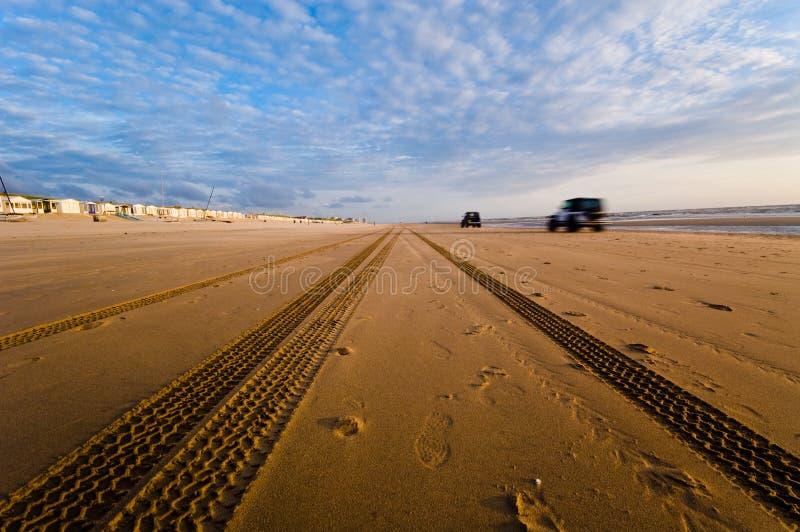 Het drijven van auto's op het strand stock fotografie