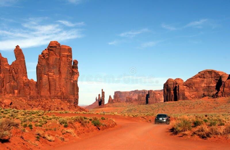 Het drijven van de auto door de Vallei van het Monument Arizona/Utah stock afbeeldingen