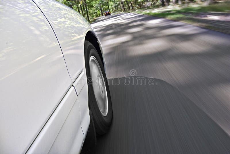 Het drijven van de auto op landelijke weg stock foto