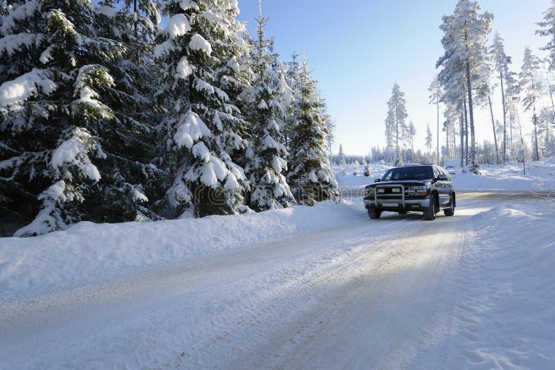 Het drijven van de auto op sneeuwwegen royalty-vrije stock afbeelding