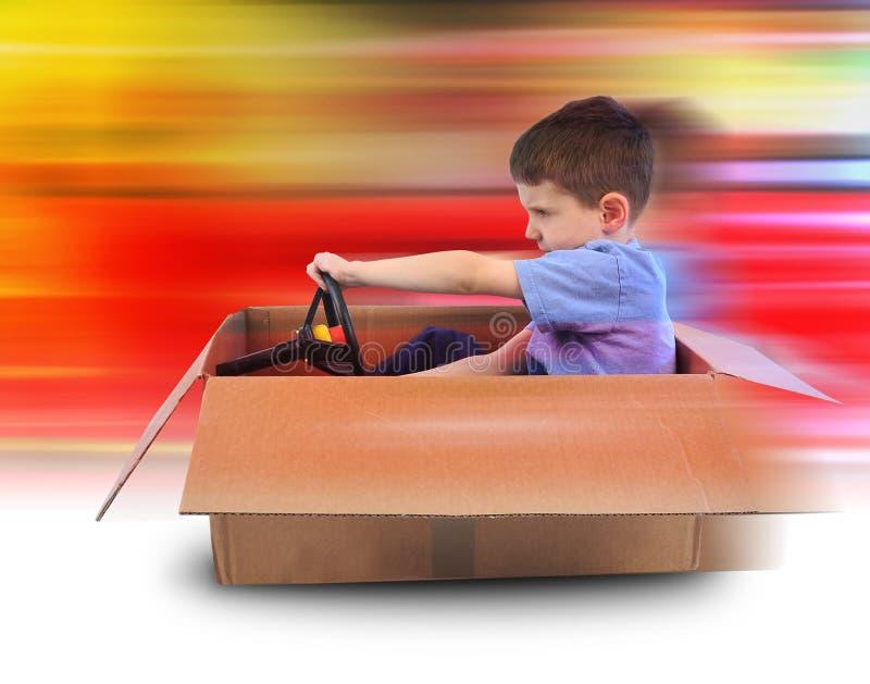Het Drijven van de Snelheid van de jongen in de Auto van de Doos royalty-vrije stock fotografie