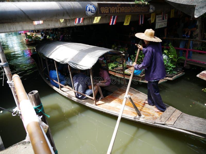 Het Drijven van Klonglat Mayom de Markt, de oude markt in Thailand heeft heel wat het eten voedsel en dessert stock foto