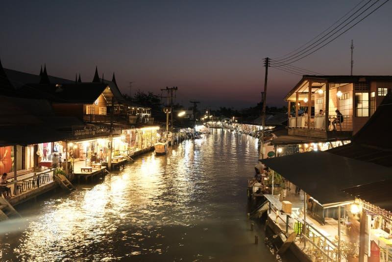 Het drijven van Thailand Amphawa markt bij nacht stock afbeelding