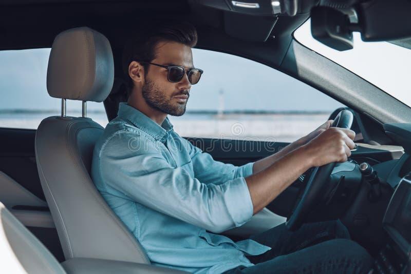 Het drijven van zijn nieuwe auto royalty-vrije stock afbeelding