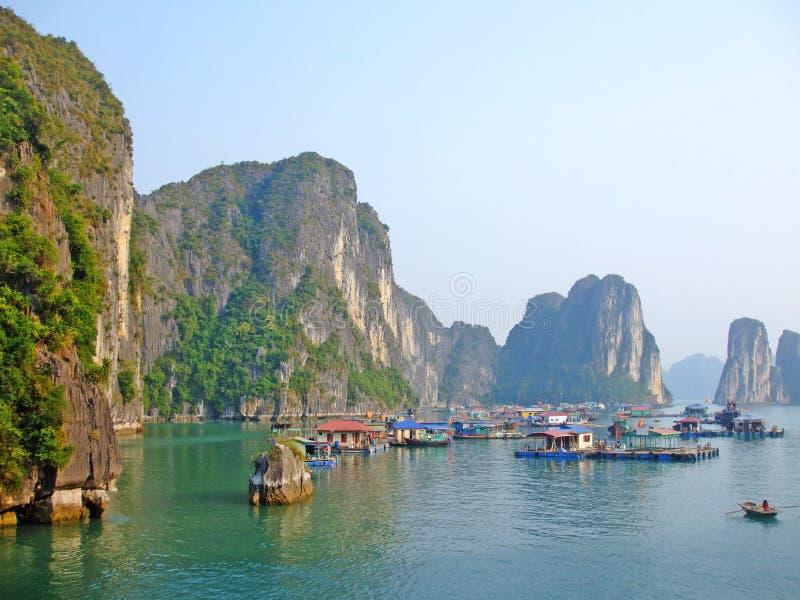 Het drijvende dorp in Ha snakt baai stock foto's