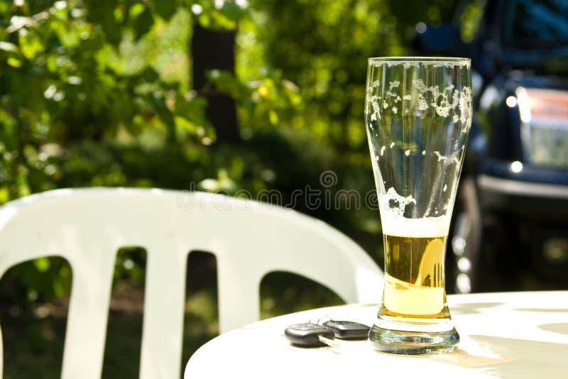 Het drinken en het Drijven stock afbeeldingen