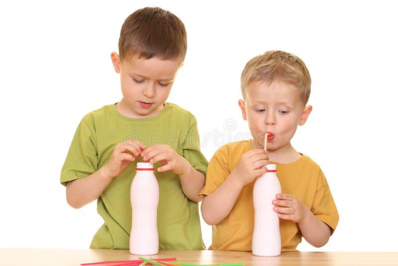 Het drinken melk stock afbeelding