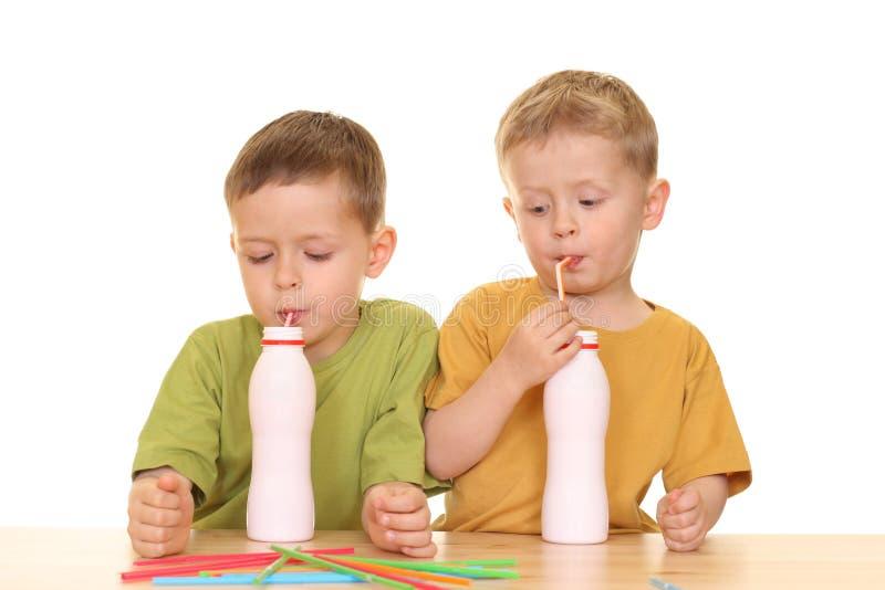 Het drinken melk/jogurt stock foto's