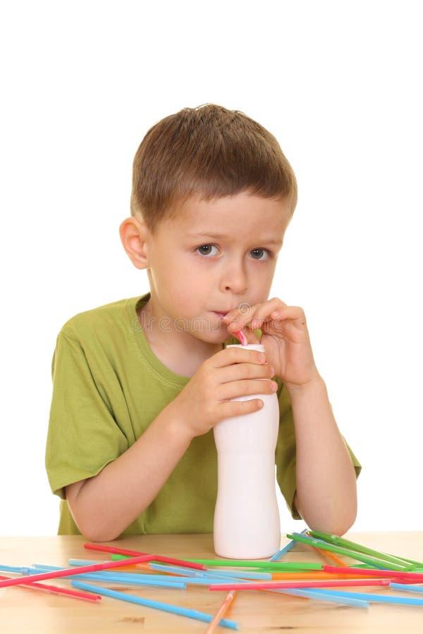 Het drinken melk/jogurt stock afbeelding