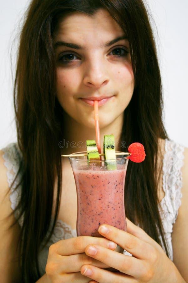 Het drinken smoothie stock afbeelding