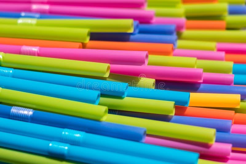 Het drinken stroclose-up, kleurrijke plastic stromacro stock foto