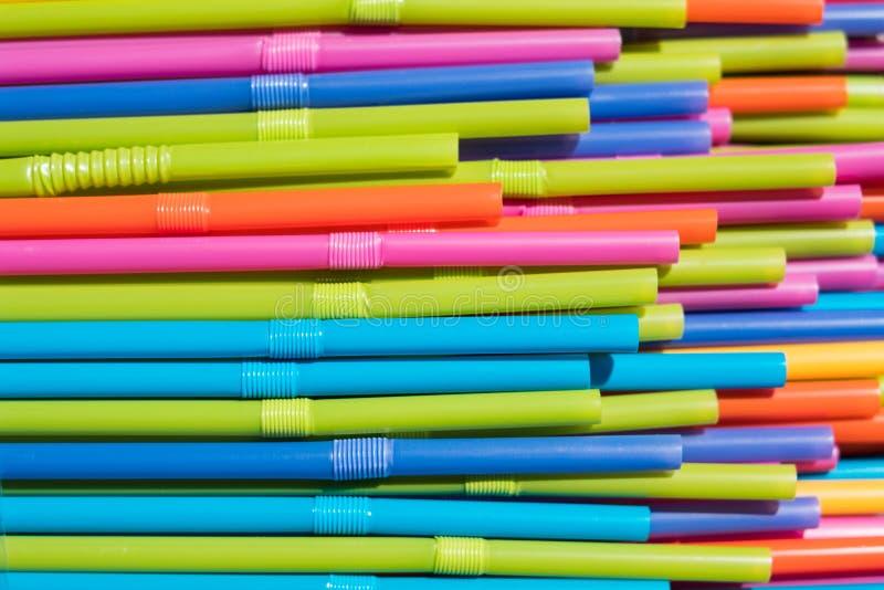 Het drinken stroclose-up, kleurrijke plastic stromacro stock fotografie