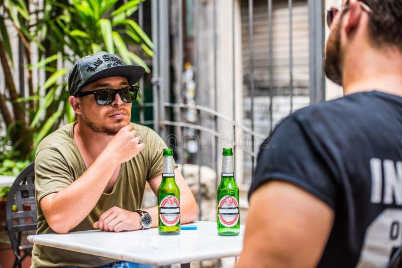 Het drinken van bieren in een bar royalty-vrije stock foto's