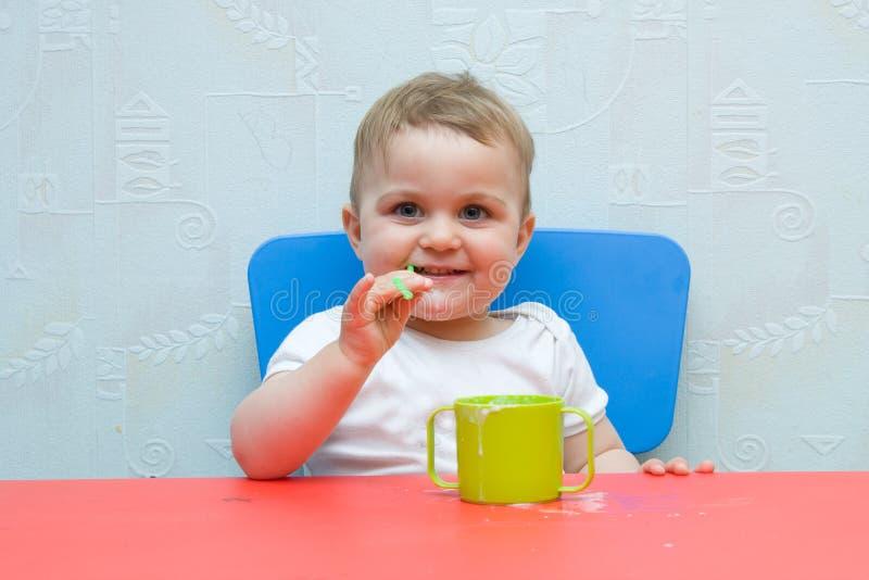 Het drinken van de baby melk royalty-vrije stock foto