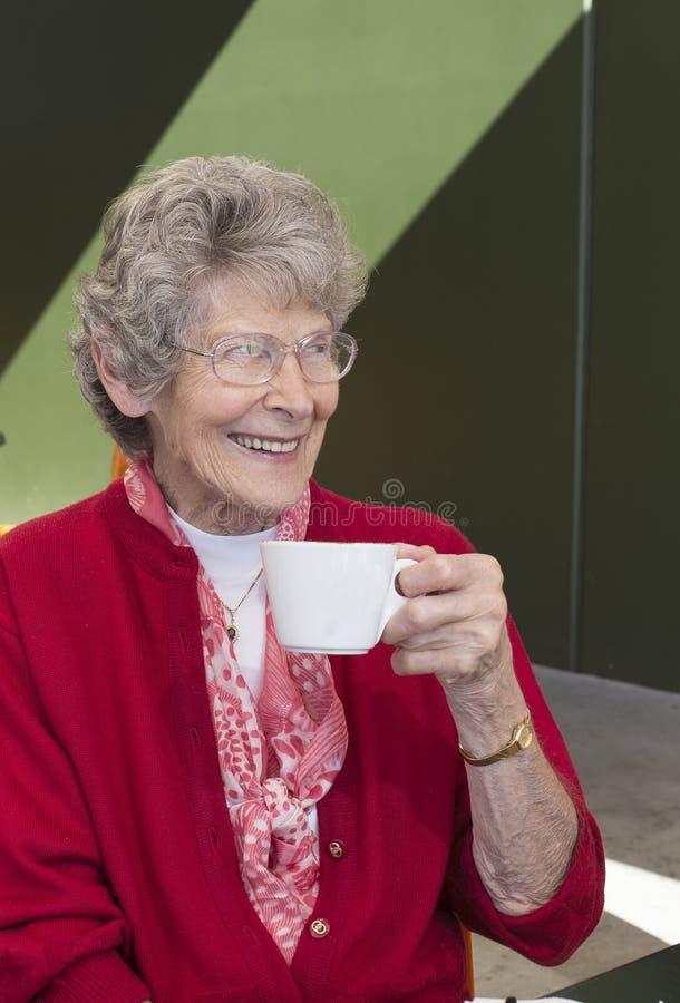 Het drinken van de bejaarde koffie royalty-vrije stock afbeeldingen