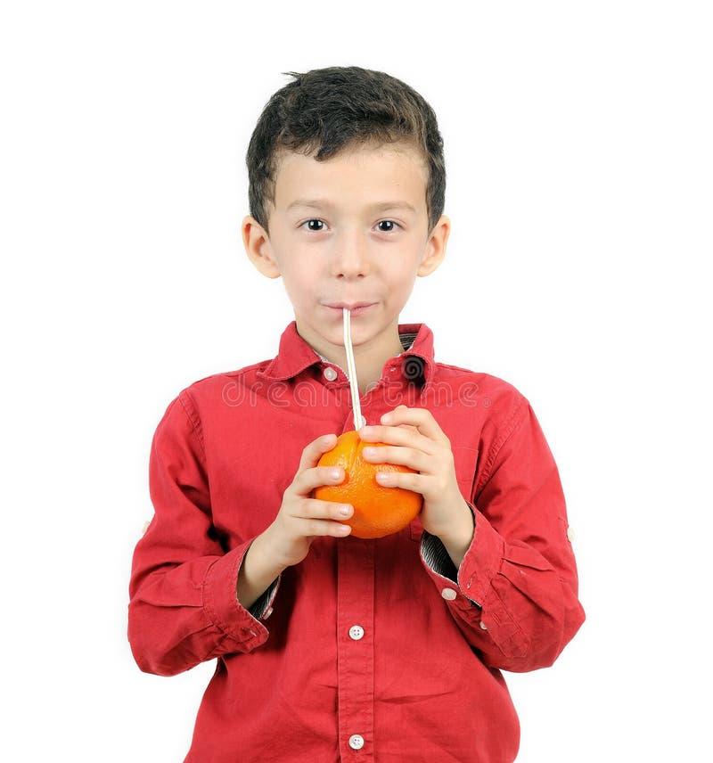 Het drinken van de jongen sap royalty-vrije stock foto
