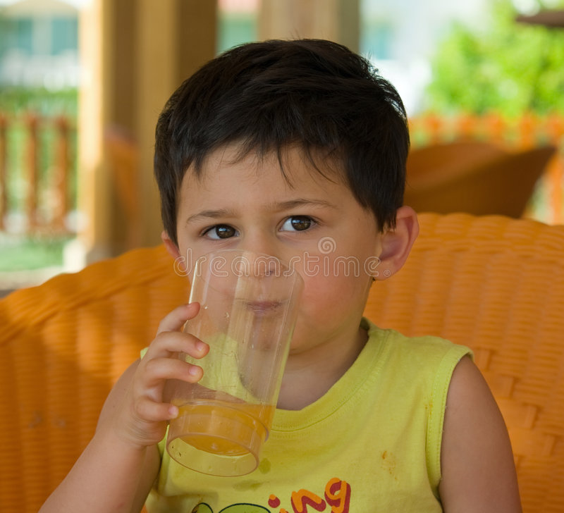 Het Drinken van de jongen Sap royalty-vrije stock foto's