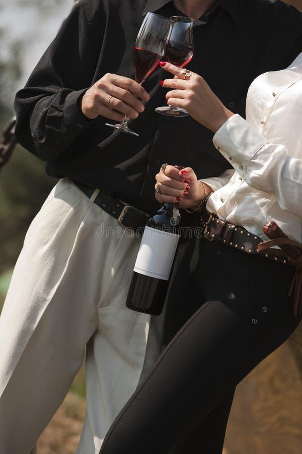Het drinken van de man en van de vrouw wijn stock foto's