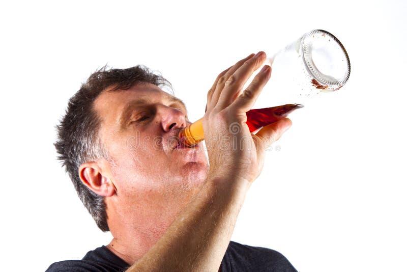 Het drinken van de mens alcohol stock afbeeldingen