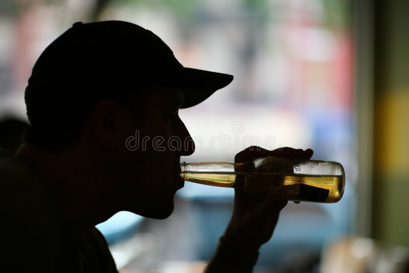 Het drinken van de mens draagt royalty-vrije stock afbeelding