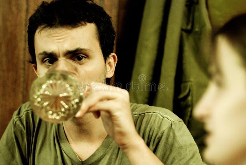 Het drinken van de mens van grote mok stock foto's