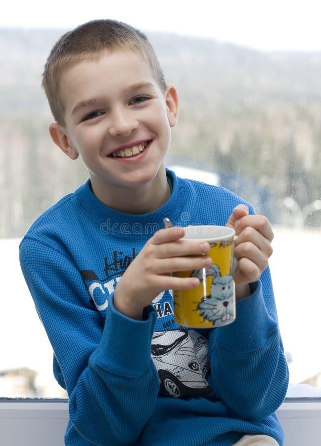 Het drinken van de tiener thee. stock fotografie