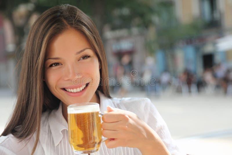 Het drinken van de vrouw bier bij koffie stock foto's