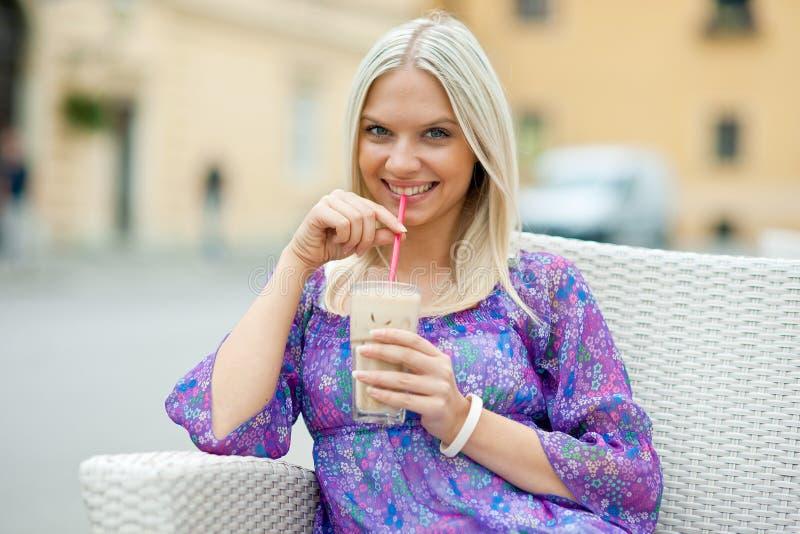 Het drinken van de vrouw ijskoffie stock fotografie