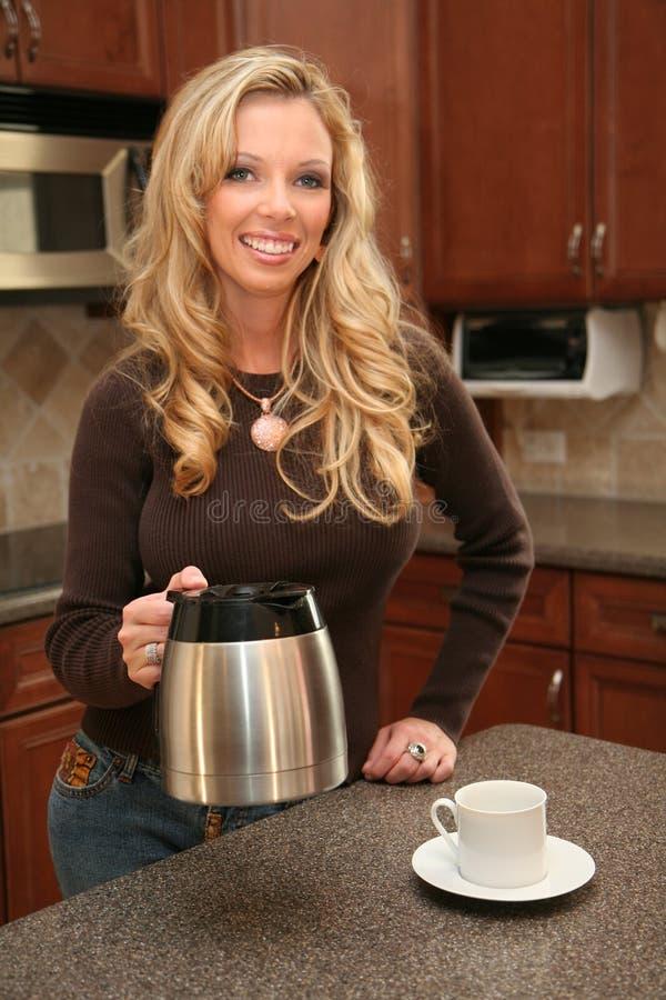 Het Drinken van de vrouw Koffie stock foto