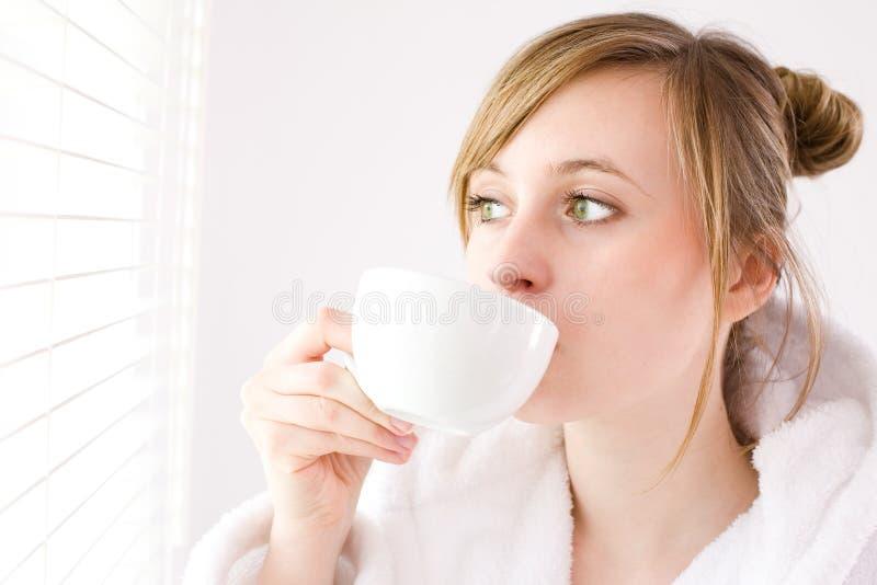 Het drinken van de vrouw koffie royalty-vrije stock afbeeldingen