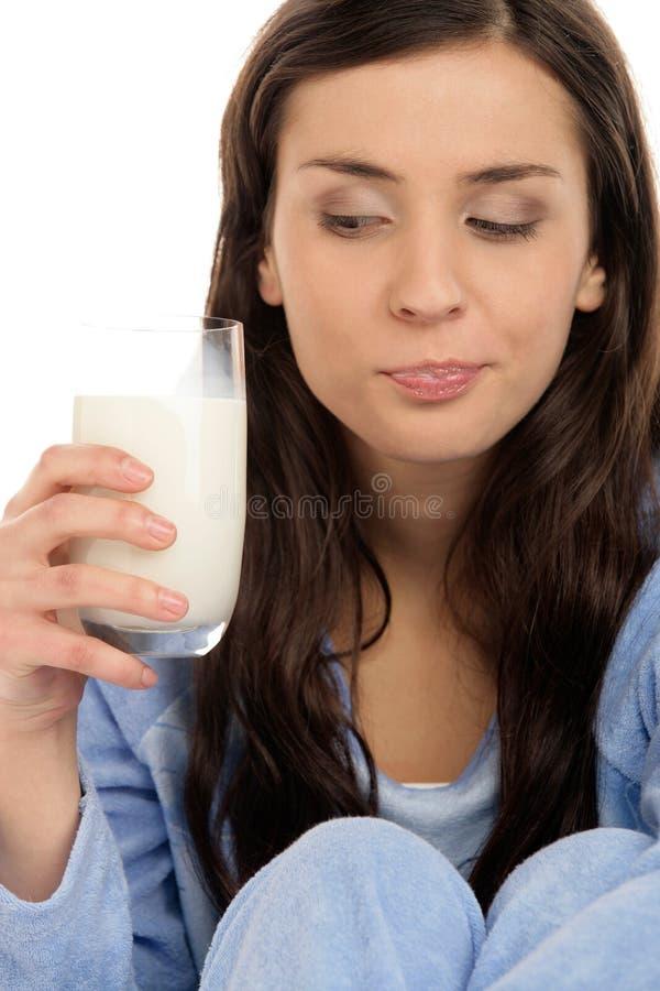 Het drinken van de vrouw melk royalty-vrije stock afbeelding