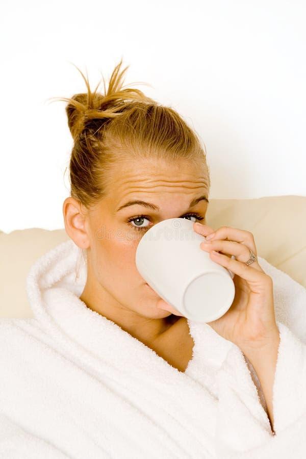 Het Drinken Van De Vrouw Mok Koffie Royalty-vrije Stock Foto