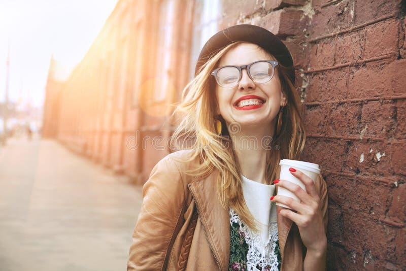 Het drinken van de vrouw ochtendkoffie stock afbeeldingen