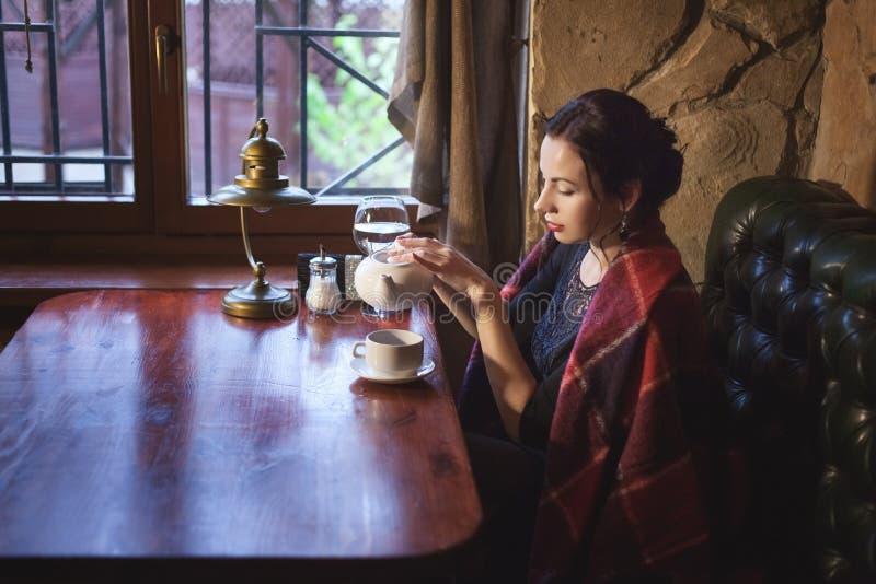 Het drinken van de vrouw thee royalty-vrije stock afbeelding
