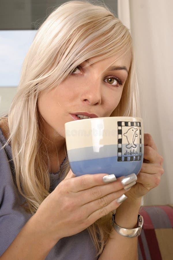 Het drinken van de vrouw thee stock foto's