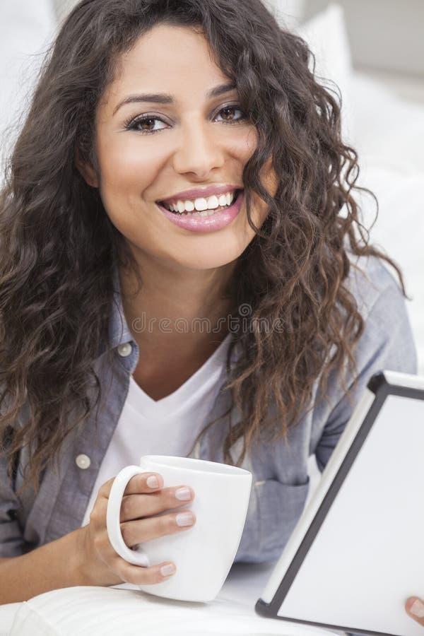 Het Drinken van de vrouw Thee of Koffie op de Computer van de Tablet royalty-vrije stock foto's