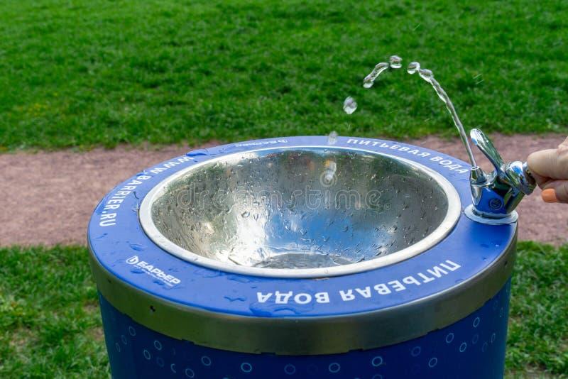 Het drinken van fontein in park met water het stromen royalty-vrije stock afbeeldingen