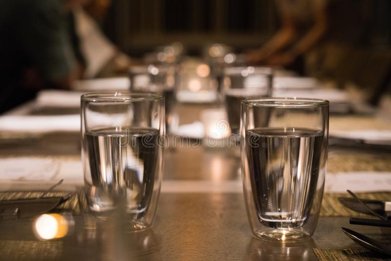 Het drinken van glas op de eettafel stock foto