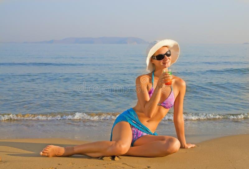 Het drinken van het meisje fruit coctail royalty-vrije stock foto